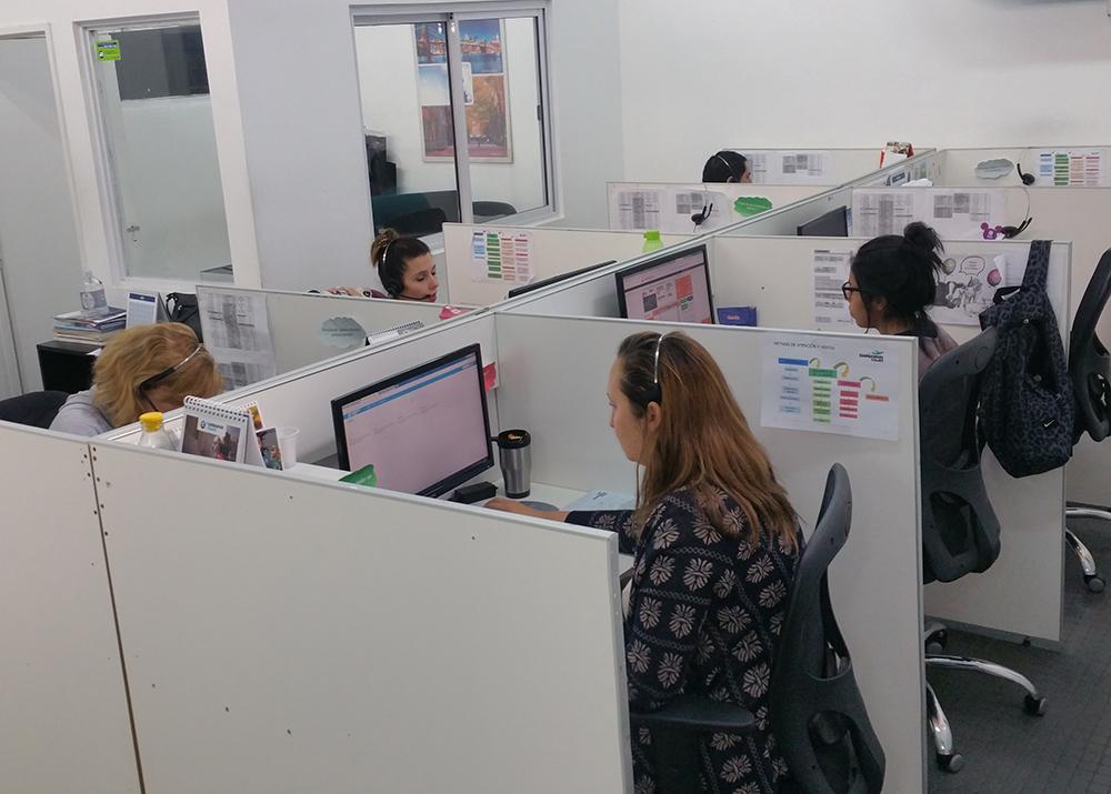 chica trabajando en una oficina