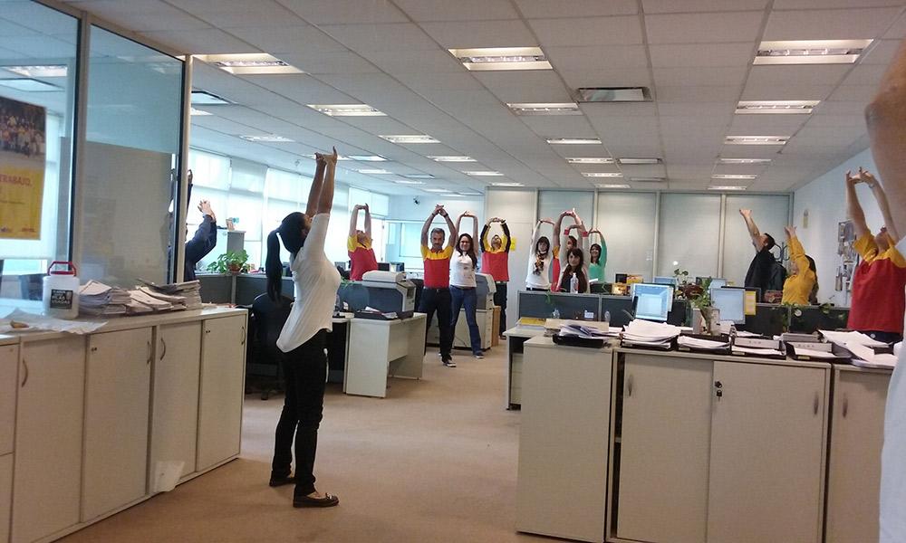 en la oficina haciendo pausa activa