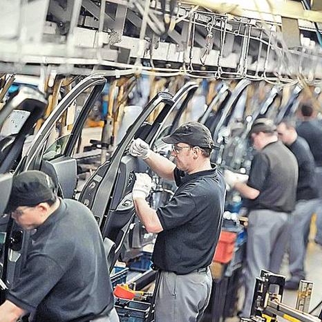 personas trabajando en una fàbrica
